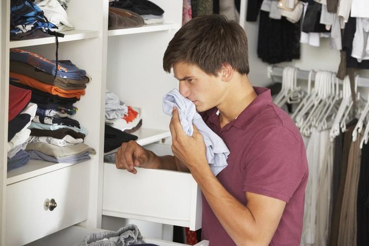 Cómo quitar olor humedad de la ropa