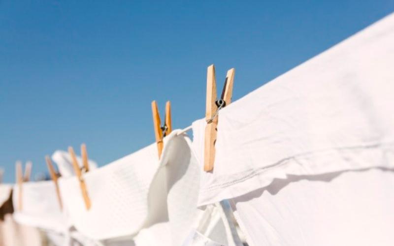 Quitar mal olor de la ropa: tender ropa