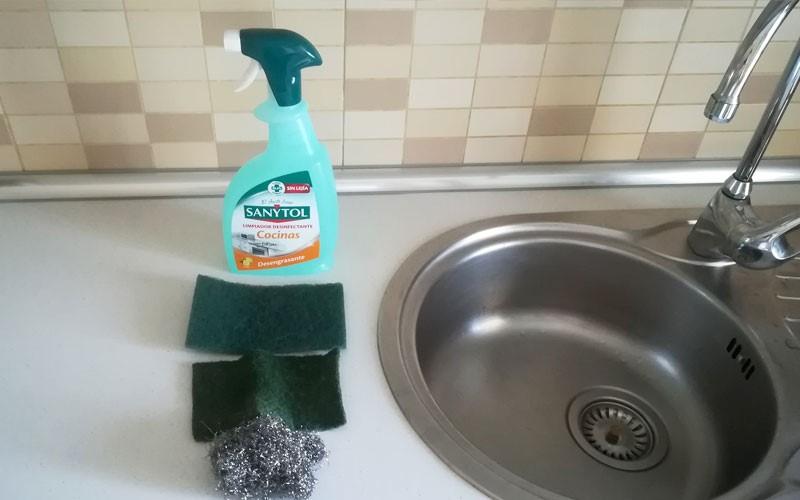 Limpiar y desinfectar lel fregadero en cocina