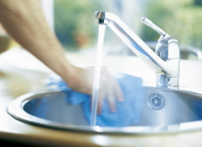 Desinfectar fregadero para evitar contaminación cruzada