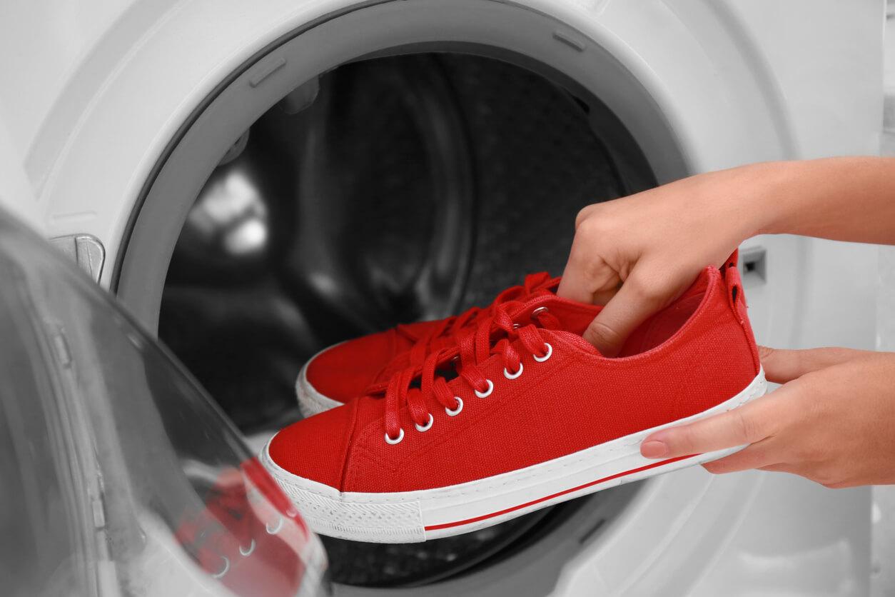 ¿Cómo lavar las zapatillas en la lavadora?