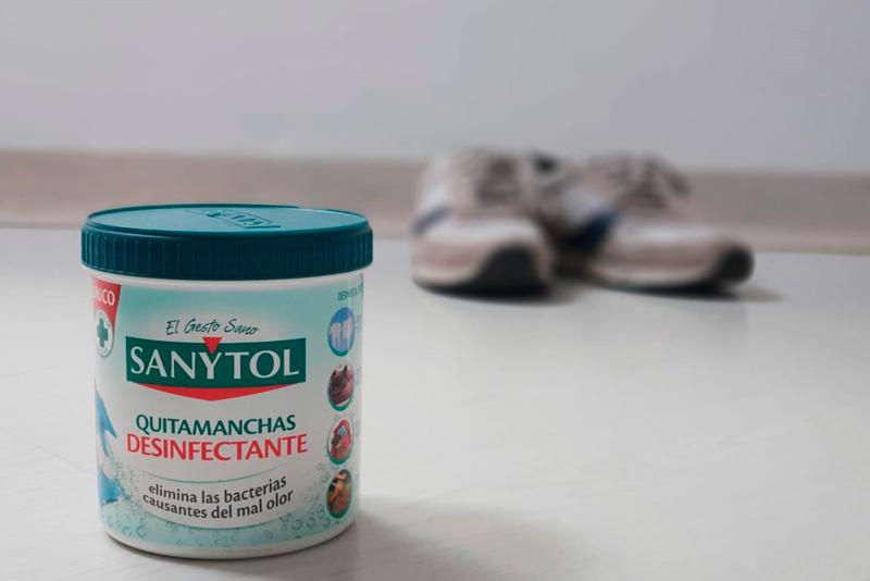 Añade Sanytol desinfectante quitamanchas para lavar las zapatillas de deporte