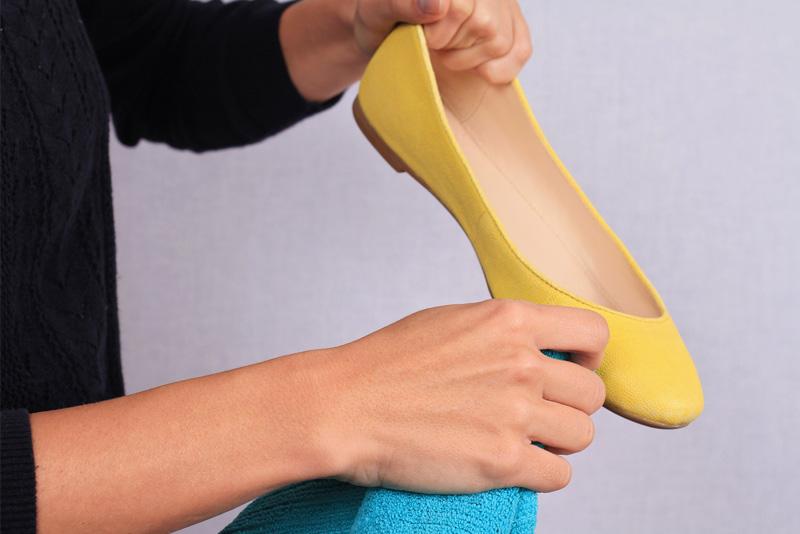 Limpia y desinfecta tus zapatos antes de guardarlos