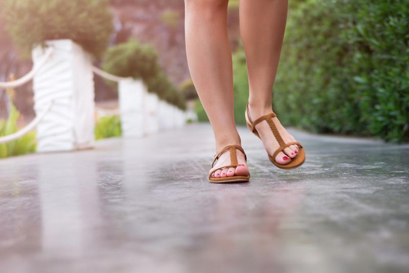 caminando con sandalias