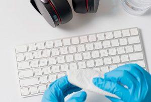 ¿Cómo desinfecto la zona de trabajo y los dispositivos electrónicos?